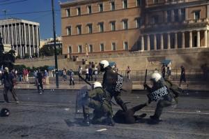 Scontri ad Atene manifestazione 26 settembre grecia sciopero generale